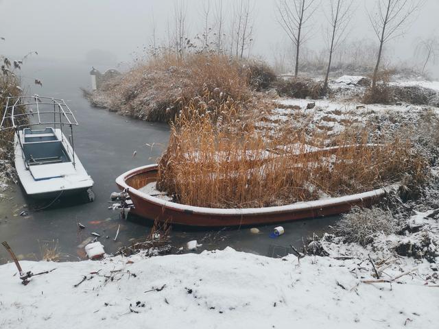 水乡农村人,生活离不开船,完成使命的老船成了做饭的柴火
