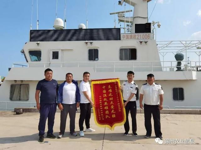 锦州市渔业综合行政执法队成功救助倾覆游艇